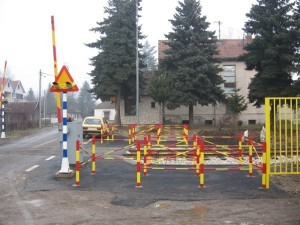The level crossing in Kraljevo is provided with automatic interlocking system with built-in rubber panels and labyrinth for pedestrians.